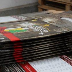 Kartons bei der Produktion von Bier-Adventkalendern