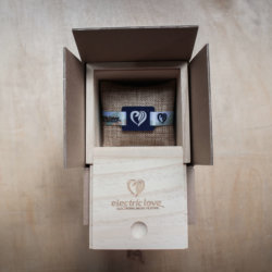 Electric Love Festival Armbänder in der fertigen Holzkiste